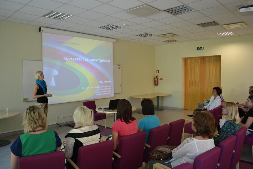 Net-Safe Latvia Drošāka interneta centra vadītājas Maijas Katkovskas vadītā nodarbība vecākiem un pedagogiem par bērnu drošību virtuālajā vidē